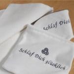 Die Schlafmaske in dem wunderschönen Täschchen mit der Tasche für Ihre Schönheitsprodukte. Schlaf macht glücklich