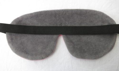 Die dunkle Rückseite zum Verdunkeln mit dem angenehm breiten Kopfband